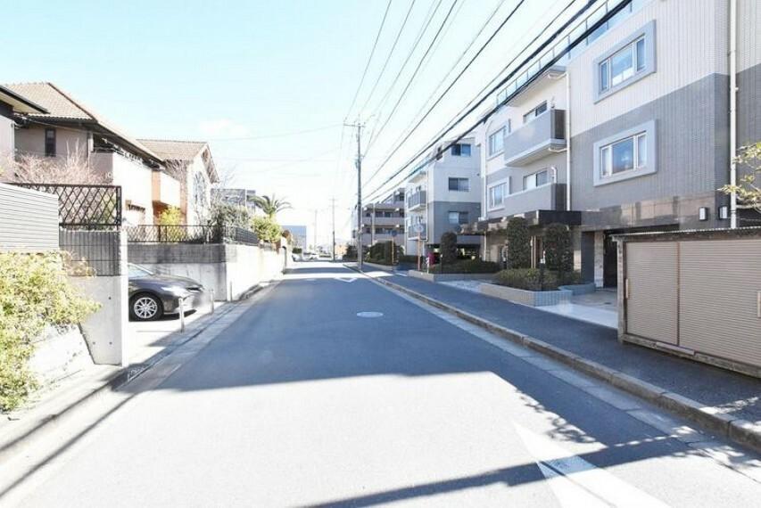 外観写真 【前面道路】前面道路はコンクリート仕上げです。歩道もある為、安心して通行できますね。