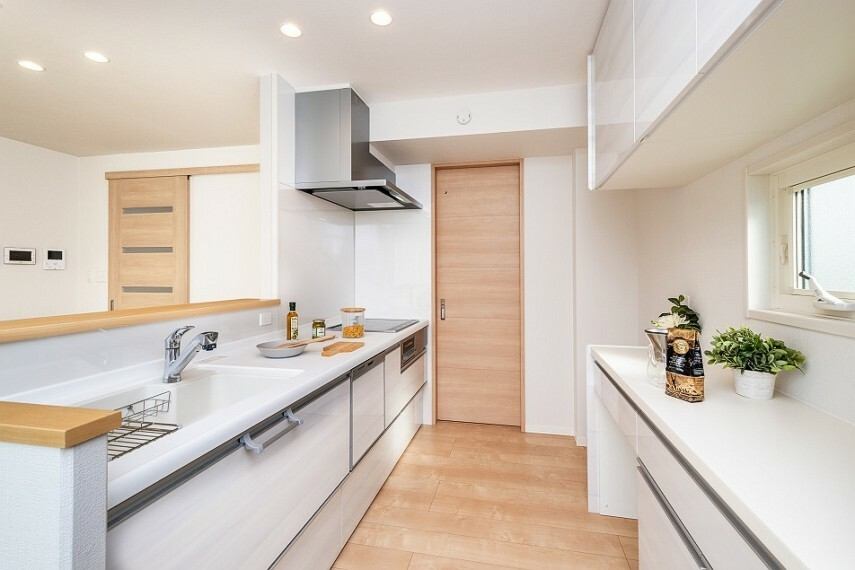 キッチン モデルハウスNo.62_キッチン(撮影_2020年12月)食器棚・食洗機・浄水器を完備!