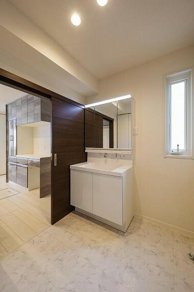 洗面化粧台 No.92_洗面(撮影_2021年2月)玄関とキッチンへ出入りができる洗面所。