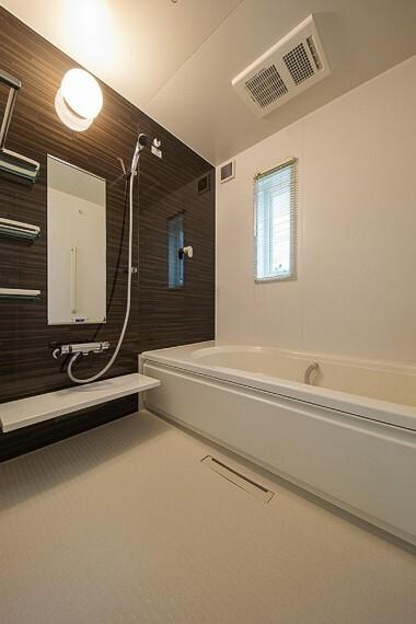 浴室 No.45_浴室(撮影_2021年2月)段差のないバリアフリーバス。浴室乾燥機付きで雨の日の洗濯も安心です。