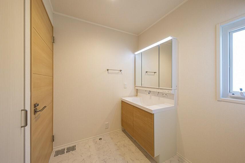 洗面化粧台 No.47_洗面(撮影_2021年5月)三面鏡付きで使い勝手の良い洗面台。背面にはタオル類などを仕舞える収納もあります。