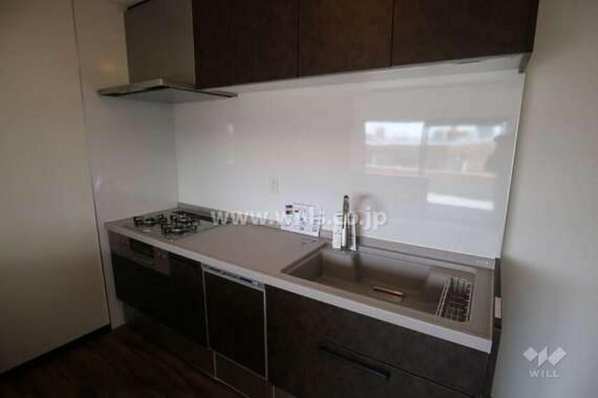 キッチン キッチンの様子。食洗機付き、3口コンロで利便性が高いです。収納も十分あるので、すっきり片付いたキッチンで快適にお料理を楽しんでいただけます。