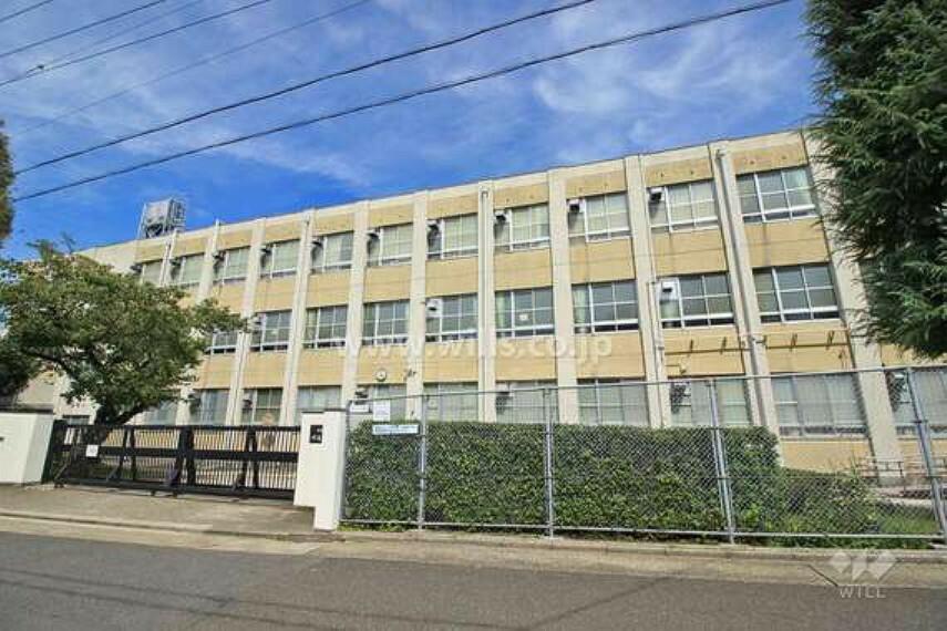 中学校 1947年に開校しましたが、校舎は1949年に完成。その間は広路小学校で授業が行われていました。西方向に地下鉄鶴舞線「川名」駅や『川名公園』があり、東方向には名古屋大学、南山大学が建っています。