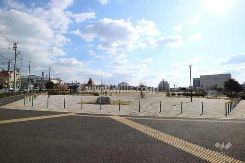 公園 川名公園は地下鉄鶴舞線「川名」駅の2番出口の北東側に広がる公園です。1996年から整備が始まり、2018年に完成。かつては公園の中を『飯田街道』が通り、商店街や住宅地が広がっていました。