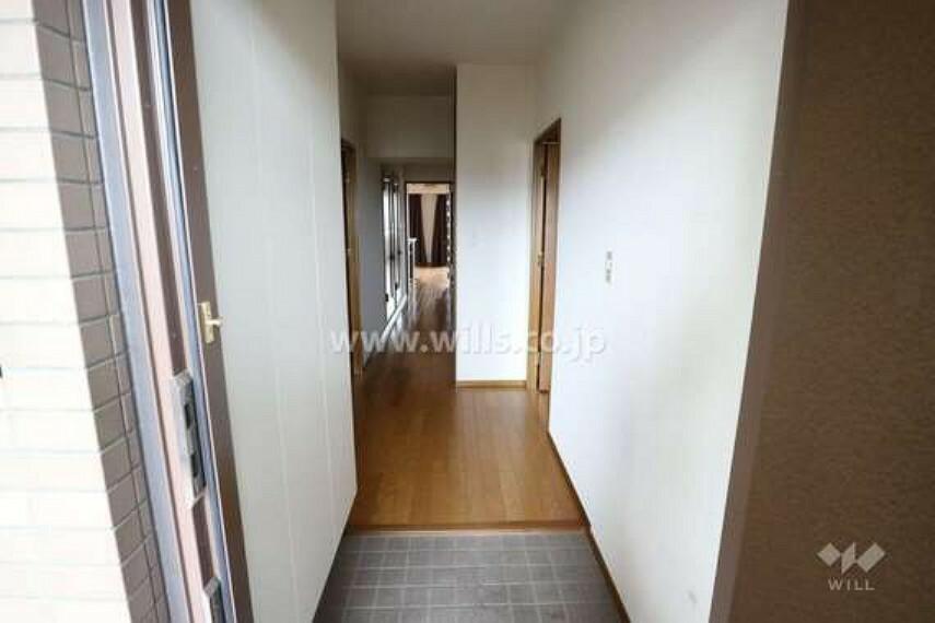 玄関 玄関の様子。トールタイプのシューズボックスなので収納力が高く、玄関が散らかる心配も少ないです。ブーツのような大きな靴も収納できます。