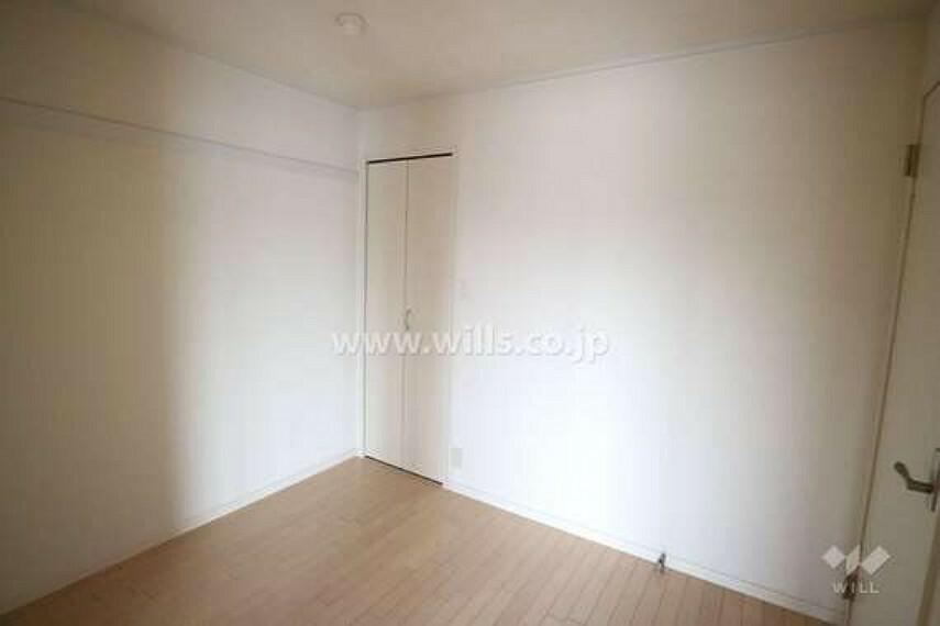 洋室の様子。リビングと廊下の二か所から出入りできるお部屋となっており、くつろぐスペースとしてもお使いいただけます。白で統一された明るい雰囲気のお部屋です。