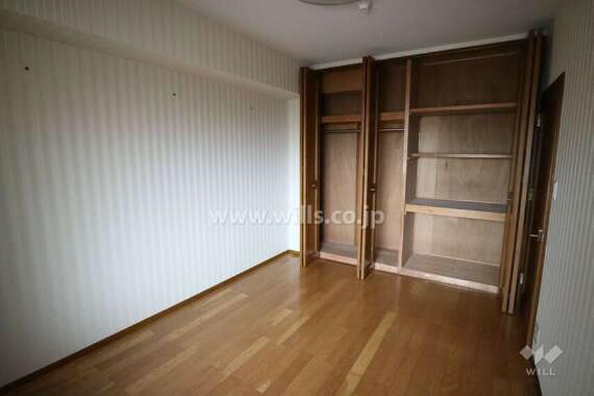 洋室の様子。6,0帖のお部屋で、寝室としても子供部屋としても十分な広さです。こちらのお部屋にも収納力が高いクローゼットがあります。
