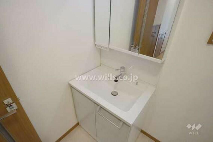 洗面化粧台 洗面室の様子。鏡の裏、洗面ボウルの下等収納スペースが完備されているため、洗面用具で散らかる心配も少ないです。
