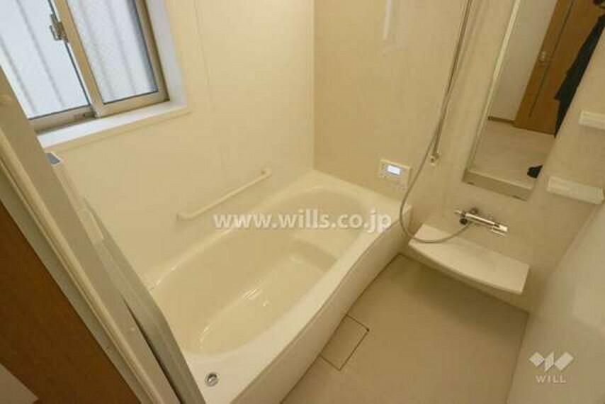浴室 浴室の様子。広々とした空間で足をのばしてゆったりと一日の疲れを取っていただけます。窓付きなので換気もばっちりです。