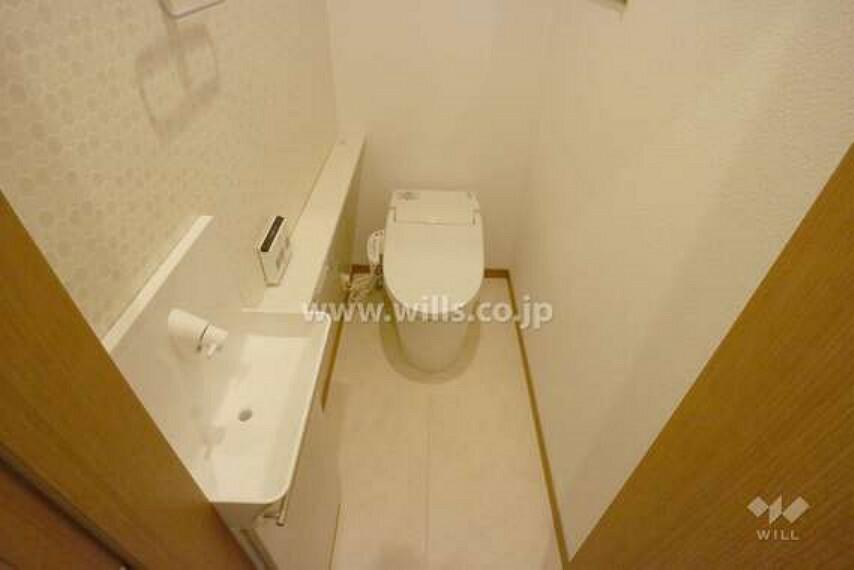 トイレ お手洗いの様子。1階と2階に設置されているので、混み合う心配がありません。白で統一されていて、清潔感があります。