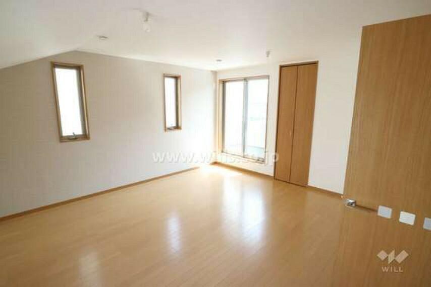 洋室の様子。窓が2方面に開いているので、明るく快適にお過ごしいただけます。収納スペースも確保されています。
