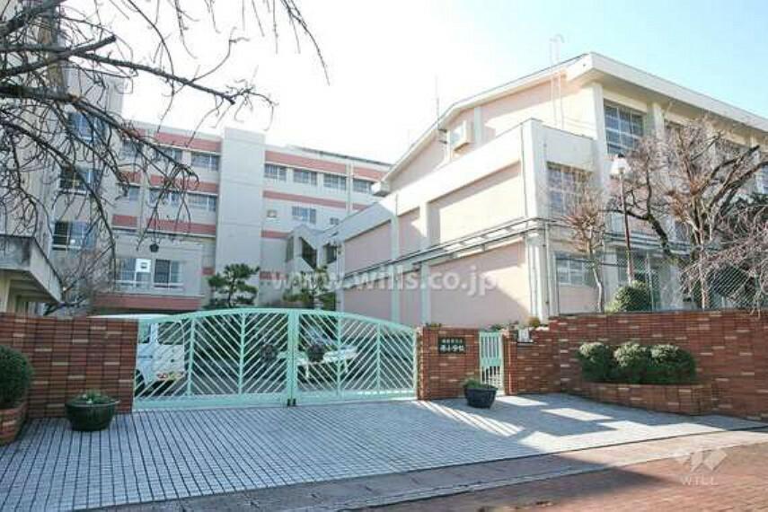 小学校 1980年(昭和55年)に開校した小学校。地下鉄「原」駅から南へ徒歩14分の場所に立地。学校の西側には平針原保育園、北側には原中学校が面しています。