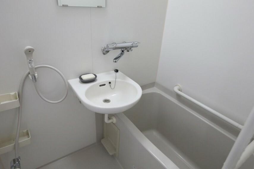 浴室 新築時の間取りは、お風呂と洗面所、トイレのホテル仕様でしたが、売主様が購入の際にトイレを別に設けてゆとりをもたせた水周りに変更されています。