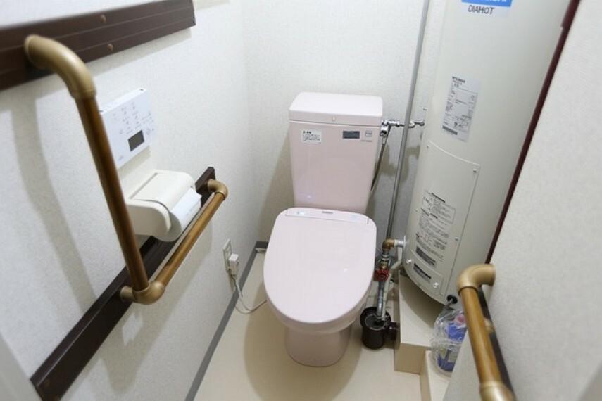 トイレ 温水器のあった場所に温水器を移動し、水回りのトイレのリフォームを行ないました。 トイレには手すりもついており、座ったり立ったりするときにとても便利です。