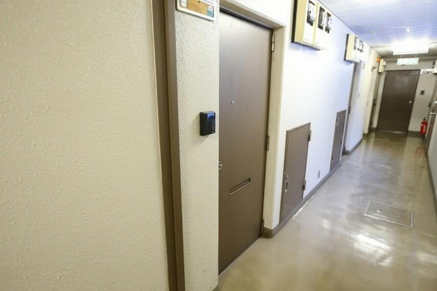玄関 1階エントランスからロビーに入り、廊下を歩くとお部屋の玄関が見えてきます。 マンション入り口からお部屋までが近い為、スムーズに入ることが出来ます。