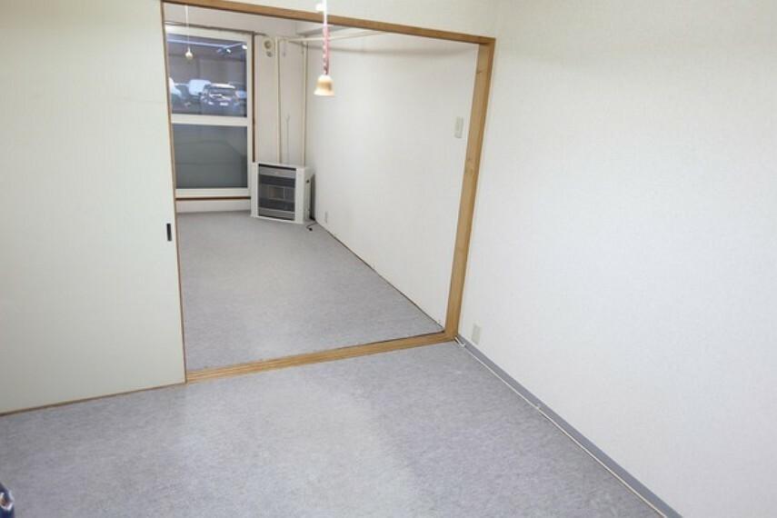 洋室から和室のある窓方向を見た画像になります。 続き間ですので広々とした空間にも変更の出来る間取りです。