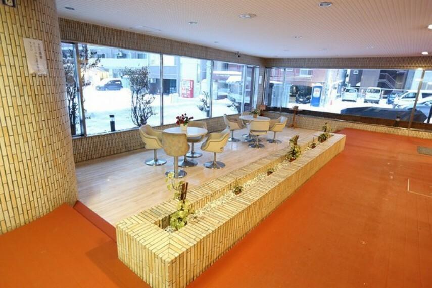 庭 1階ロービーには、商談などの出来る寛ぎのスペースも設けられています。 また一面ガラス張りですので明るい空間です。