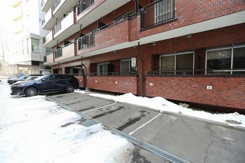 南側駐車場より、1階のお部屋部分を望む。 駐車場の南側は中道路なので、車通りも少なからずあるため、防犯上安心です。