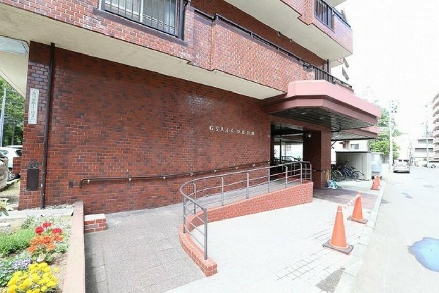 外観・現況 マンション入り口は、スロープも設けられており、車椅子での出入りもしやすい仕様になっています。 またマンションの道を挟んだ向かい側は、時間貸し駐車場ですので、来客があった際にも安心です。