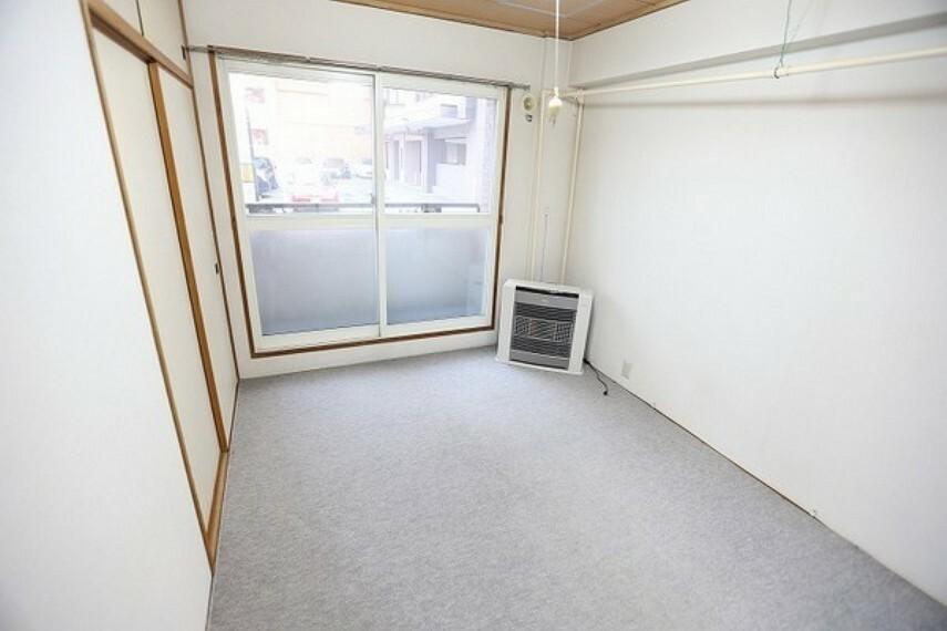 和室 南側の和室(カーペット敷き)のお部屋は、現在カーペットを敷いていますが、南の明るい陽射しの差し込む6畳のお部屋になります。
