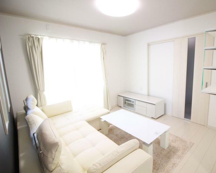 居間・リビング 【約18.2帖LDK】(同仕様)豪華シャンデリア付の吹抜のある明るいリビングは家族団らんの話も弾みます。 遠赤外線床暖房、空気清浄機能付エアコン、リビング家具、ダイニング家具、Wカーテン、TVボード、LED照明器具を設置