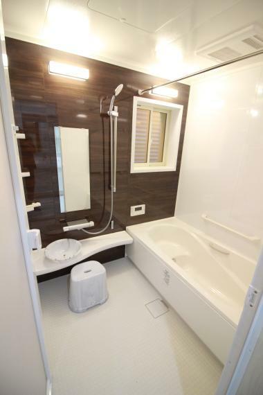 浴室 【1.25坪システムバスルーム】(同仕様) 多彩に活躍する浴室乾燥暖房機、半身浴タイプの浴槽、窓には目隠し及び換気に活躍のジャロジー付