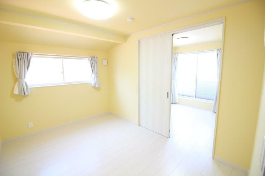 洋室 【2F2間続きの洋室6帖+5.6帖】(同仕様) 約11.6帖ビッグルームとしても使えます。 子供部屋、寝室等多目的に使えます。 各部屋に空気清浄機能付エアコン、Wカーテン、LED照明器具付