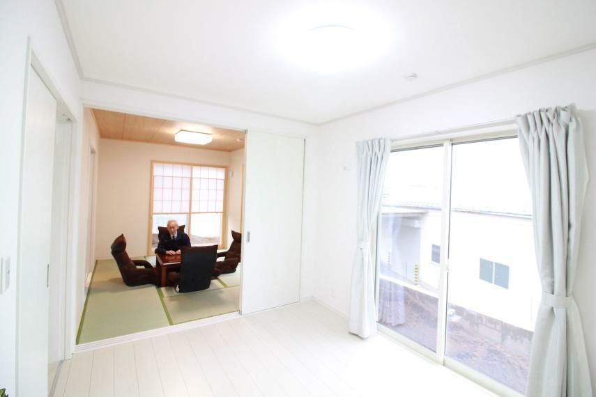 洋室 【1F洋室5.2帖】(同仕様)和室4.5帖と二間続きなので開放的かつ多目的に使えます。 空気清浄機能付エアコン、Wカーテン、照明器具付