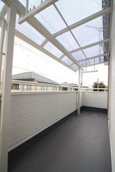 バルコニー 【屋根付大型バルコニー】(同仕様) 洗濯物を干すスペースもたっぷり。 屋根付きなので急な雨でも安心です。