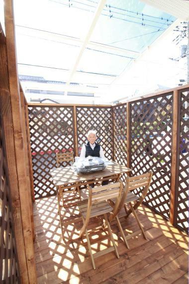 庭 【約3.5帖屋根付ウッドハウス】(同仕様) テーブルセット付で、バーベキューも楽しめます。 洗濯物を干すスペースもたっぷり。 屋根付きなので急な雨でも安心です。