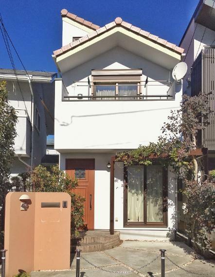 外観写真 JR中央線「阿佐ヶ谷」駅徒歩11分の閑静な住宅街に位置します。2016年築、木造2階建ての戸建て。