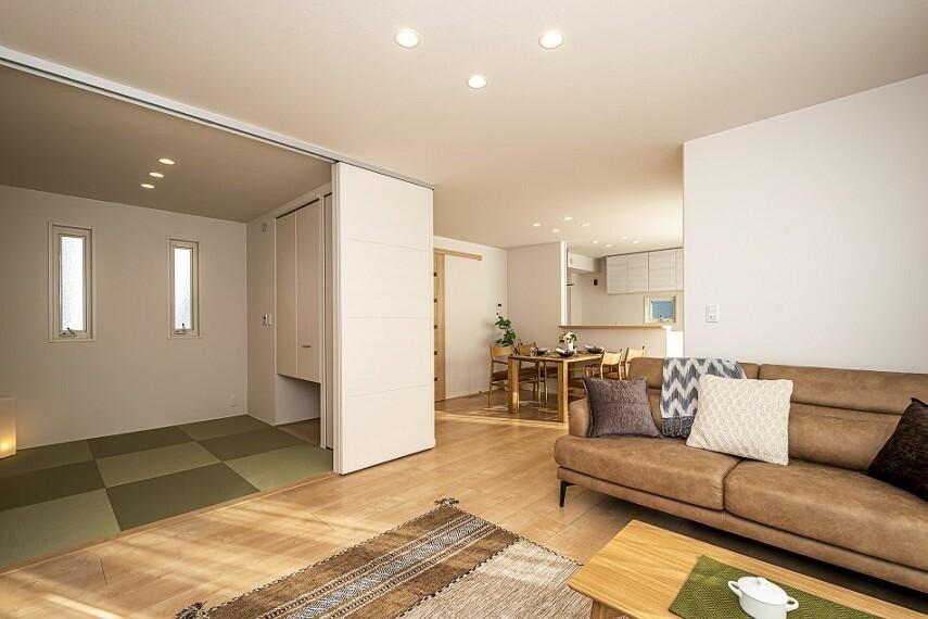 現況写真 【モデルハウス公開中!】モデルハウスNo.62_LDK(撮影_2020年12月)和室との隣接で来客時も広々空間。