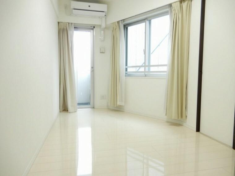 寝室 窓が多く心地いい風が吹き抜ける洋室