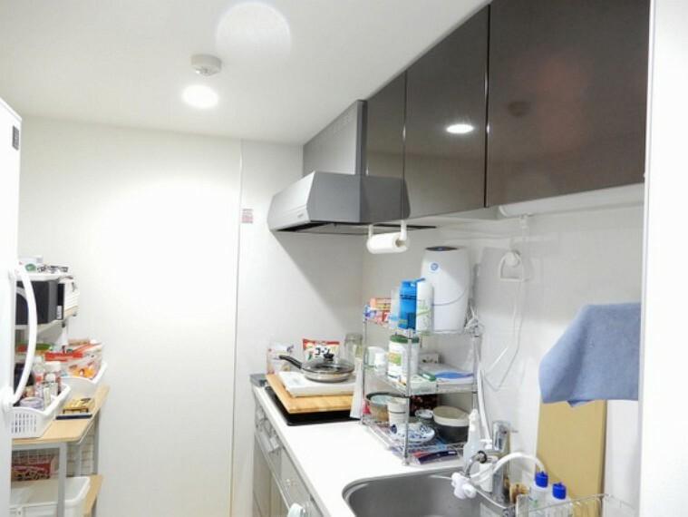 キッチン 作業に集中できる、壁付けキッチン