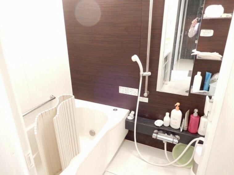 浴室 天気に左右されずに洗濯物を乾かせる、浴室乾燥機付き