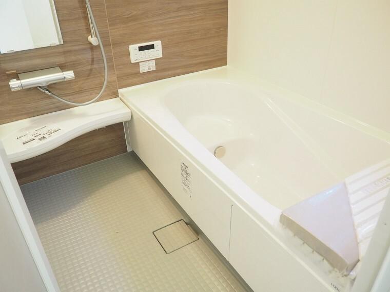 浴室 浴室  一坪サイズの浴室に足の伸ばせる浴槽  浴室暖房乾燥機付きなので、雨の日のお洗濯に便利ですよ