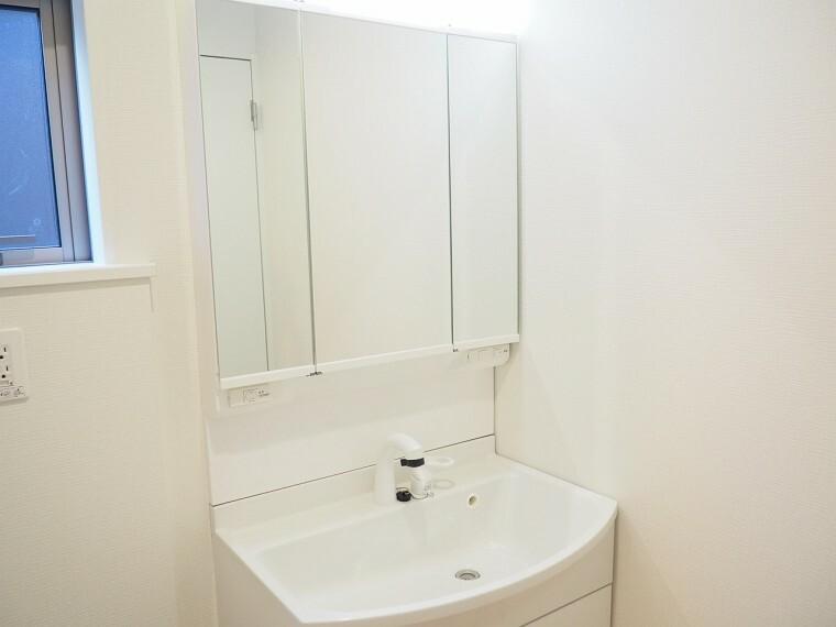 洗面化粧台 洗面所  シャワー付き洗面化粧台  朝の身支度もラクラクです