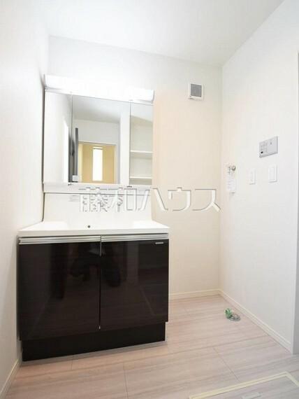 洗面化粧台 2号棟 三面鏡付きの洗面台。鏡の裏にも収納があり、歯ブラシや化粧品等もすっきり収納できます。 【府中市小柳町5丁目】