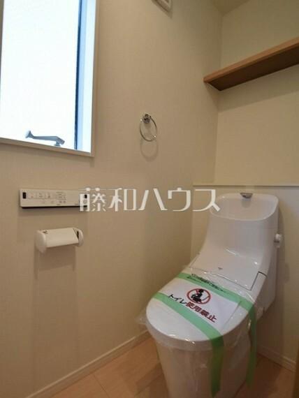 トイレ 1号棟 各階にトイレを設けておりますので、朝の忙しい時間などトイレの取り合いで喧嘩になることも少なそうですね。 【府中市小柳町5丁目】