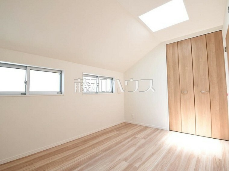 1号棟 天窓付きの居室は採光性に優れ、暖かな自然の光を多くお部屋に取り込めます。 【府中市小柳町5丁目】