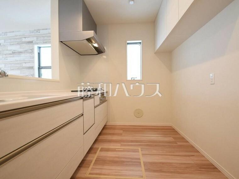 キッチン 1号棟 キッチンには窓があり換気しやすいですね 【府中市小柳町5丁目】