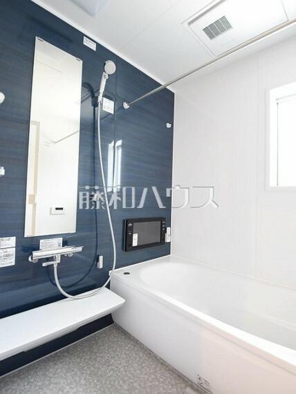 浴室 1号棟 浴槽内にステップがあり、半身浴やお子様との入浴にも便利です。 【府中市小柳町5丁目】
