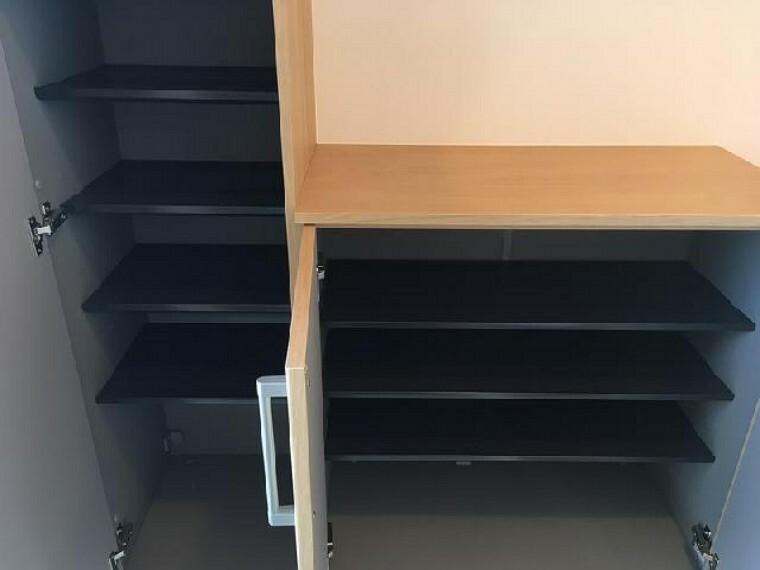 B号棟 玄関~同仕様施工例~・・・大きなシューズボックスはお父さんの革靴やお母さんのブーツ、お子様の長靴など様々な靴を収納可能!