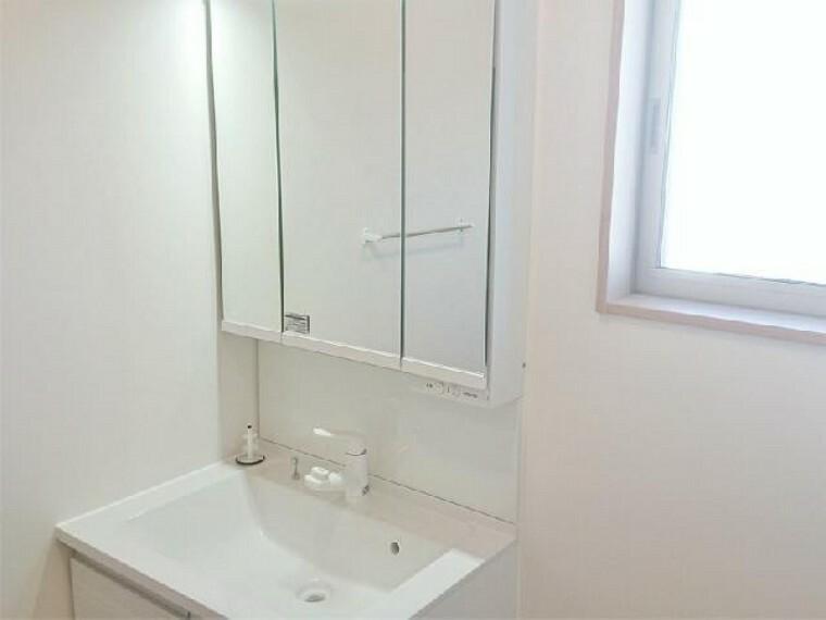 B号棟 洗面室~同仕様施工例~・・・収納たっぷりの洗面所には3面鏡もあります!朝の準備もはかどりますね