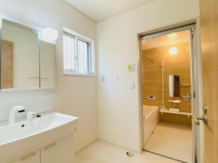 B号棟 洗面室~内覧できます~・・・収納たっぷりの洗面所には3面鏡もあります!朝の準備もはかどりますね