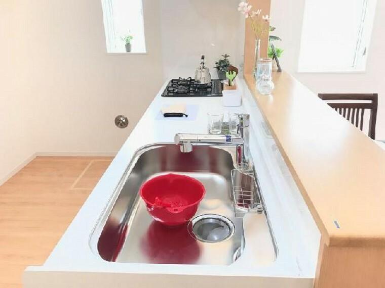 B号棟 キッチン~内覧できます~・・・対面式のキッチンなのでご家族との会話を楽しみながら料理を作ることができます!また、ゆとりのある広さなのでお子様と一緒に料理などもすることができます!