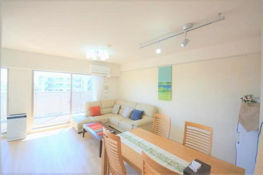居間・リビング 日当たり良好の明るいリビング。床暖房付きなので、寒い冬でも足元からぽかぽかと温まれます
