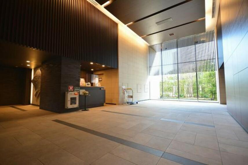 来訪者を迎える2層吹き抜け式のエントランスホール
