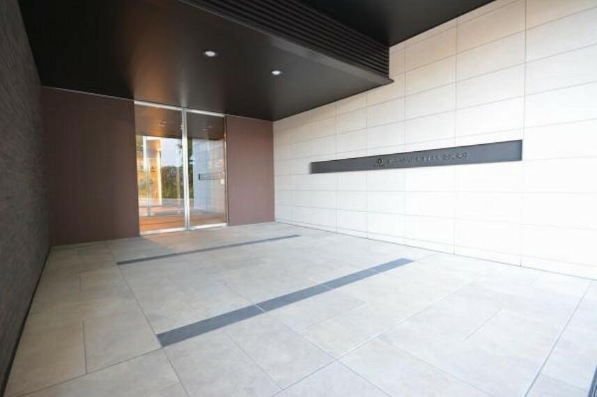 エントランスホール マンションの顔となるメインエントランスは黒を基調とした落ち着いたデザインを採用
