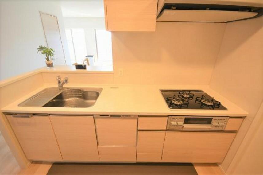 キッチン 食洗機や3口コンロなど使い勝手の良い設備のキッチンで効率よくお料理ができます
